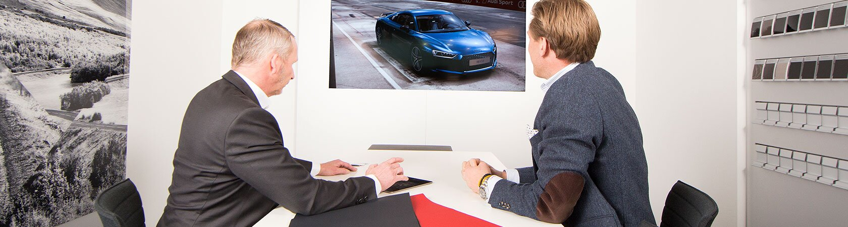 Selger og kunde i Customer private lounge Audi